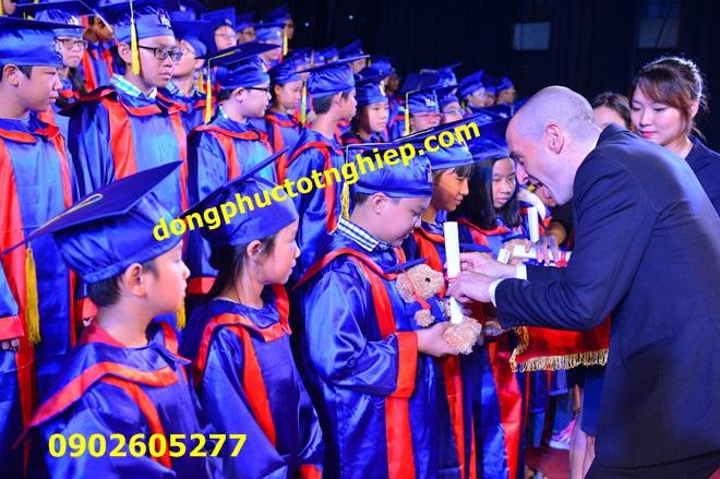 Trường cấp 1 mua đồng phục tốt nghiệp trao bằng