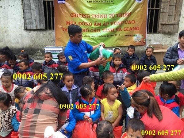 Chuyên sỉ áo khoác ấm từ thiện 2 lớp cho các em nhỏ