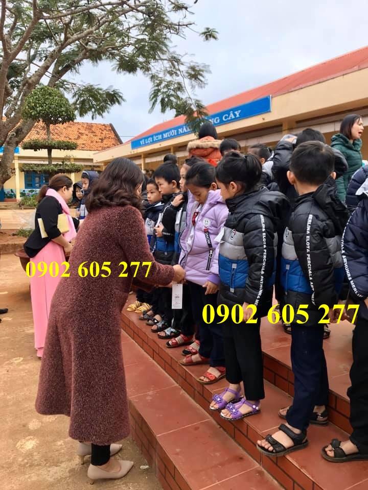 Trao áo ấm từ thiện cho học sinh nghèo ở trường học